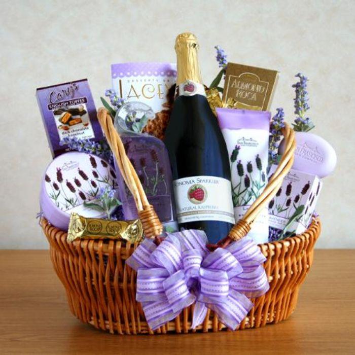 geschenke für väter, die sich nichts wünschen, geschenkkorb idee mit lila band, champagner, pralinen, schokolade, seife