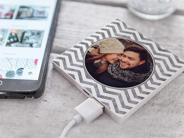 geschenke für den freund, der am computer arbeitet, eine untertasse mit usb anschluss und foto von den beiden