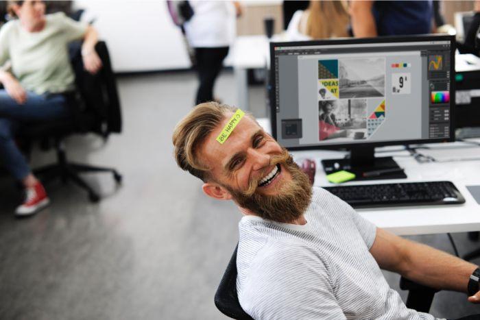 geschenke für männer die alles haben, der kollege nett überraschen, ein mann im büro mit einem zettel am stirn geklebt