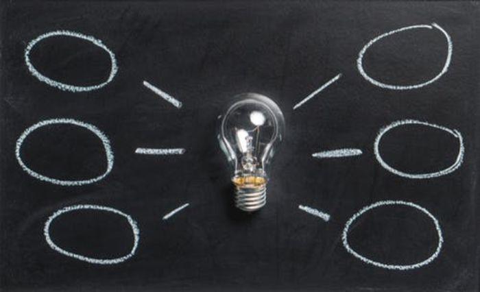geschenke zum 50 geburtstag mann, elektro leuchte ideen, glühbirne, tafel schwarz