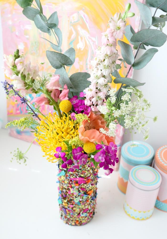 geschenk muttertag, frische blumen, konfetti vase selber machen, einfach und schnell