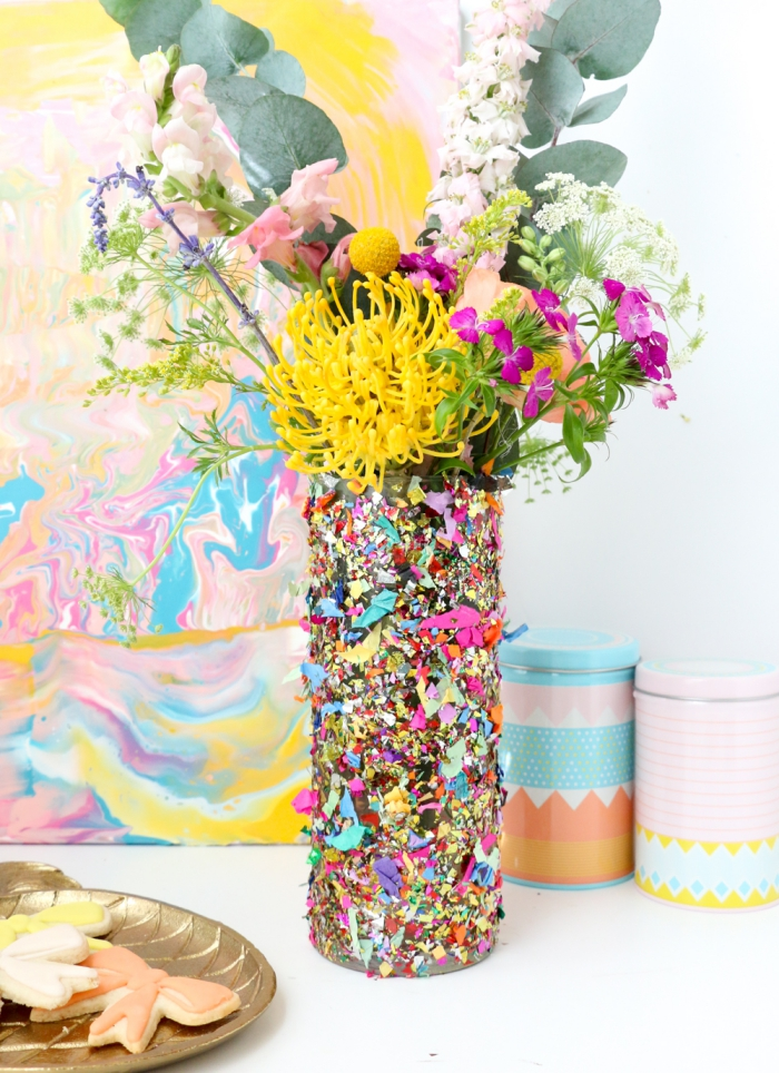 geschenk muttertag, frische blumen, konfetti vase, deko selber machen, wasserfarben bild