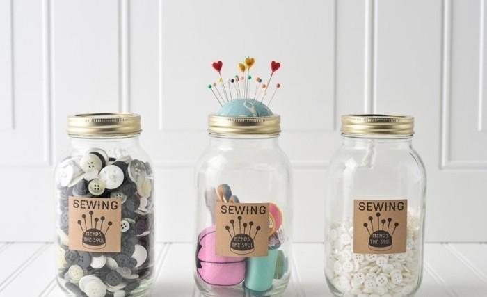 geschenkideen zum selber machen, einmachgläser mit knöpfen, faden und deko ideen füllen, geschenke für oma oder mama