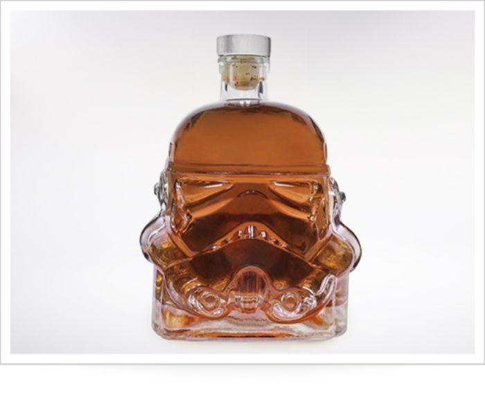 geschenke für männer die alles haben, lustiges geschenk flasche mit whiskey oder brandy, flasche in form vom dart vader