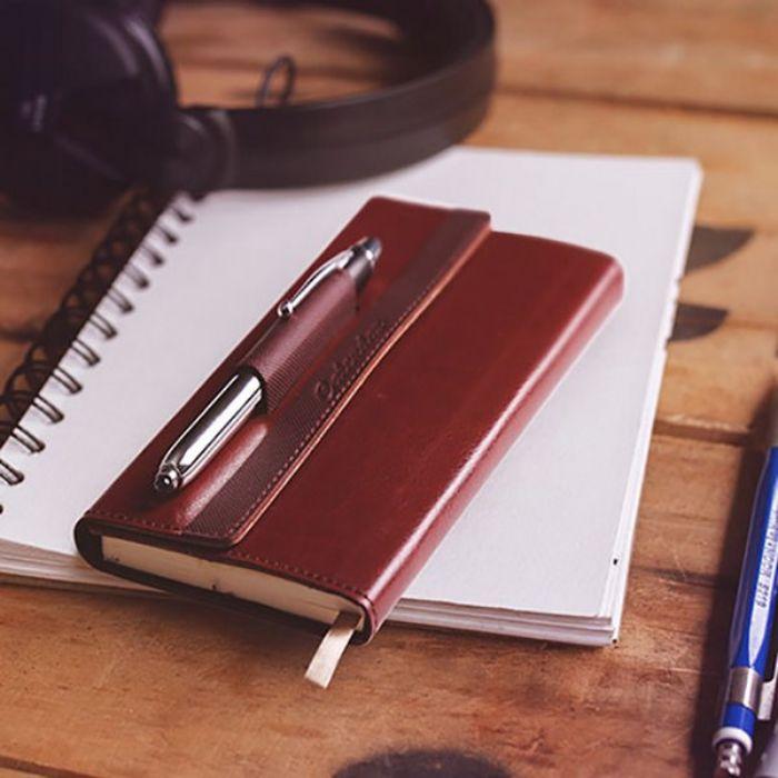 kleine geschenke für männer, planer und kugelschreiber, kopfhörer, schreibtisch zubehör