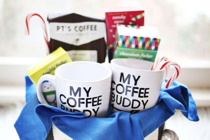 geschenkideen für den freund, zwei tassen, becher und kaffee und süßigkeiten dafür