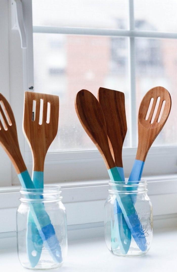 geschenke für muttertag, küchenset selber machen, löffel und gabel aus holz dekoriert mit farbe