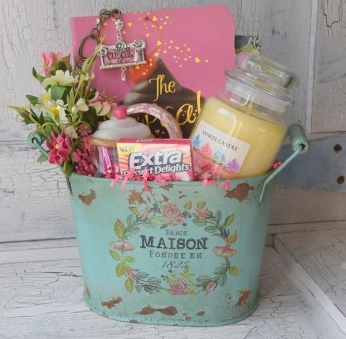selbstgemachte geschenke zum 18 geburtstag, kerze, deko blumen, rosa heft, deko