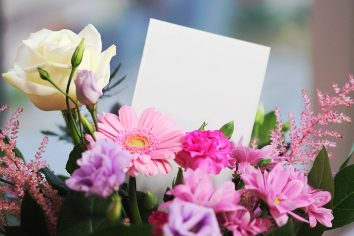 geschenke zum muttertag, die besten ideen, blumenstrauß mit frühlingsblumen, muttertagsgeschenk