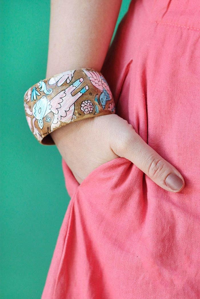 geschenke zum muttertag, selsbtgemachter armreifen aus holz dekoriert mit zeichnungen, rosa kleid, brauner nagellack