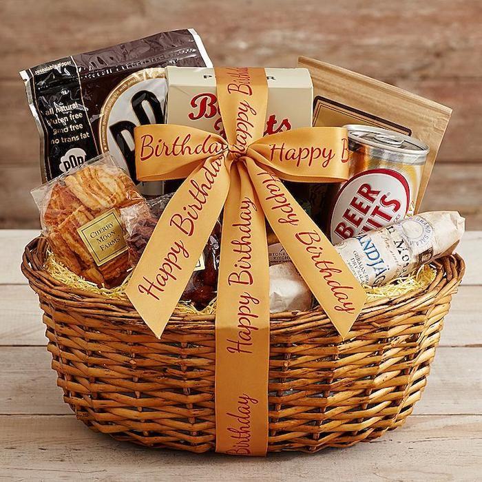 kleine geschenke, geschenkideen in korb sammeln, bier und verschiedene sticks