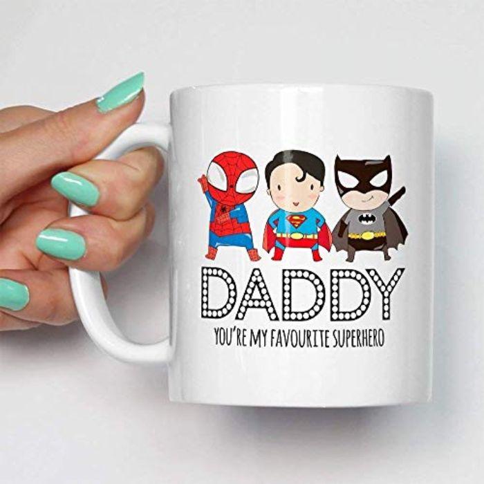 kleine geburtstagsgeschenke für papa, aufschrift und bilder auf einer tasse, superheroes