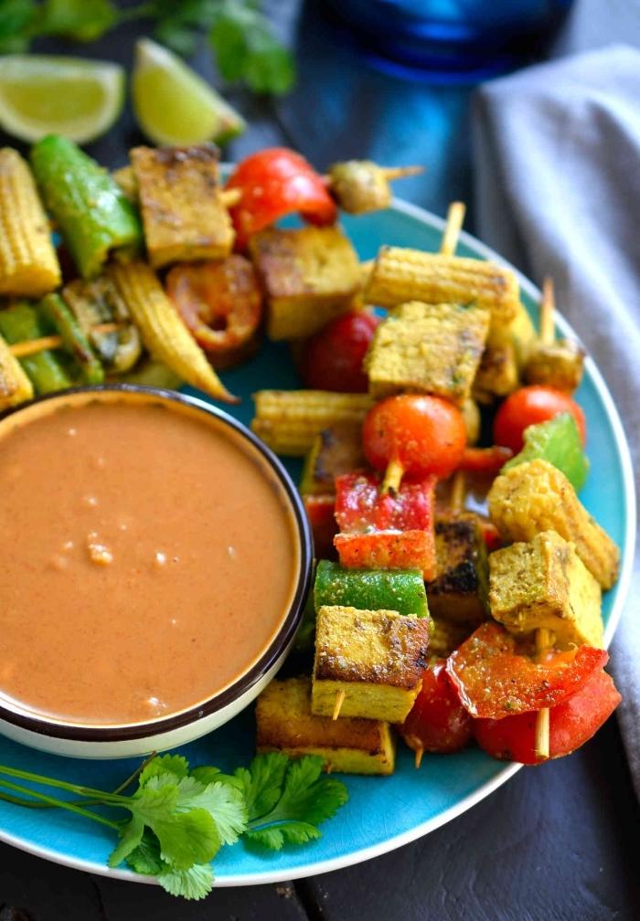 gesunde snacks für unterwegs, spieße mit tofu und gemüse und soße und gemüsensoße