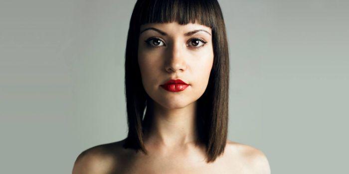 frisuren für mittellanges haar, schwarzes glattes und glänzendes haar, eine model mit rotem lippenstift