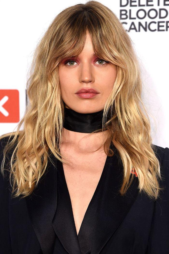 frisuren für mittellanges haar, wenn die haare etwas wächst, blonde frisur mit dunklen ansätzen und pony, schwarzes outfit