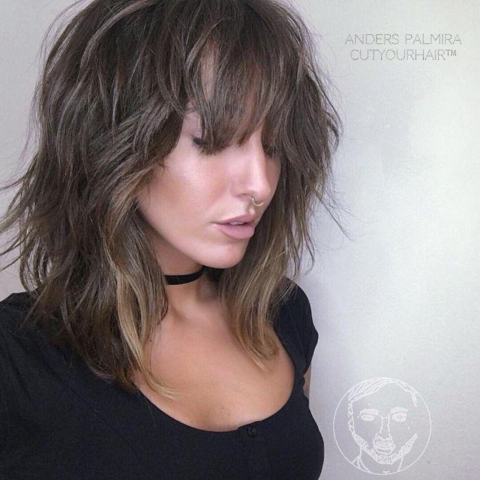 frisurentrends 2019, haare stylen, dunkles haar, choker, wilde locken, wellenförmiges haar