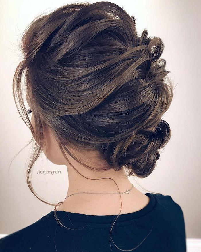 schulterlanges haar, gebundene haare in einem hochsteck zopf braunes haar in natürlicher farbe