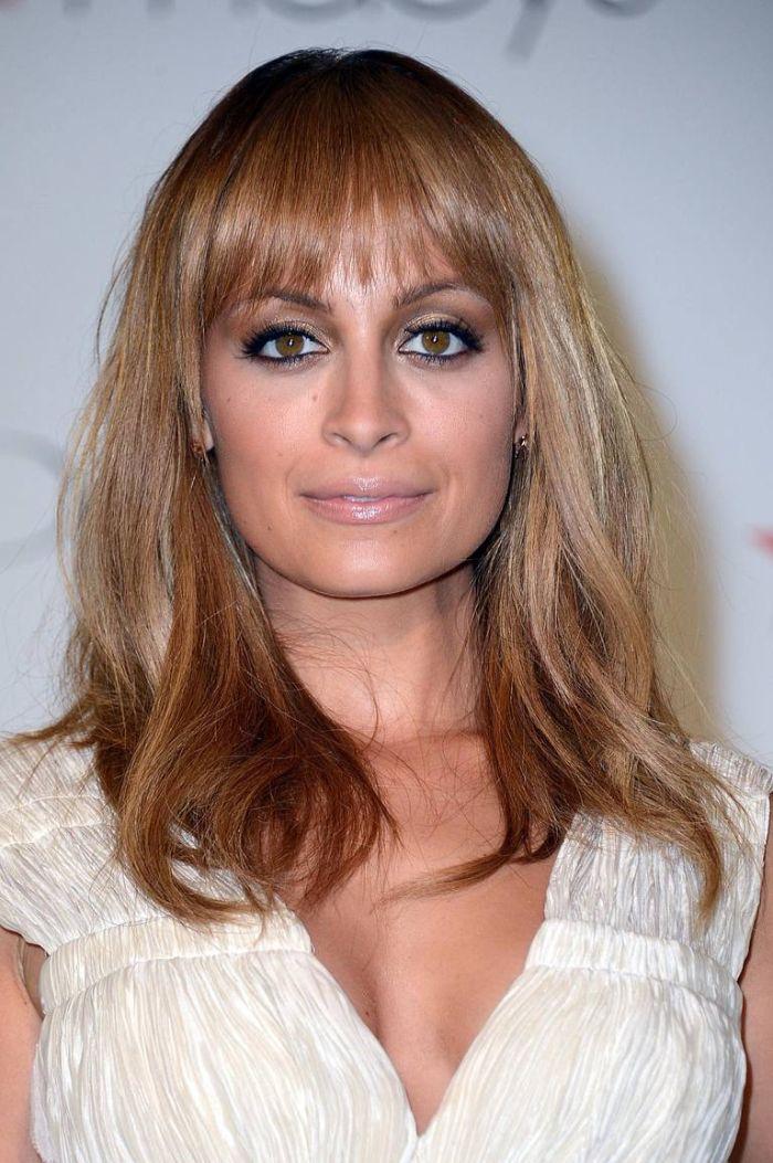 schulterlanges haar, blonds haar mit hellbraunen kupfer stränheh, farbmischung ombre blond haare
