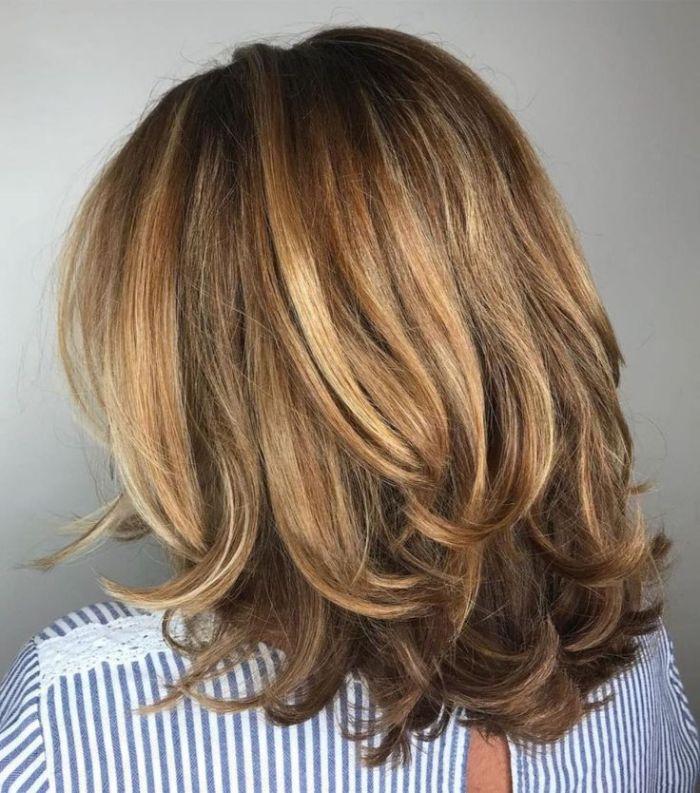 haarschnitt stufenlang die haare glatt und glänzend gestalten mit blonden strähnen und dezente wellen an den spitzen