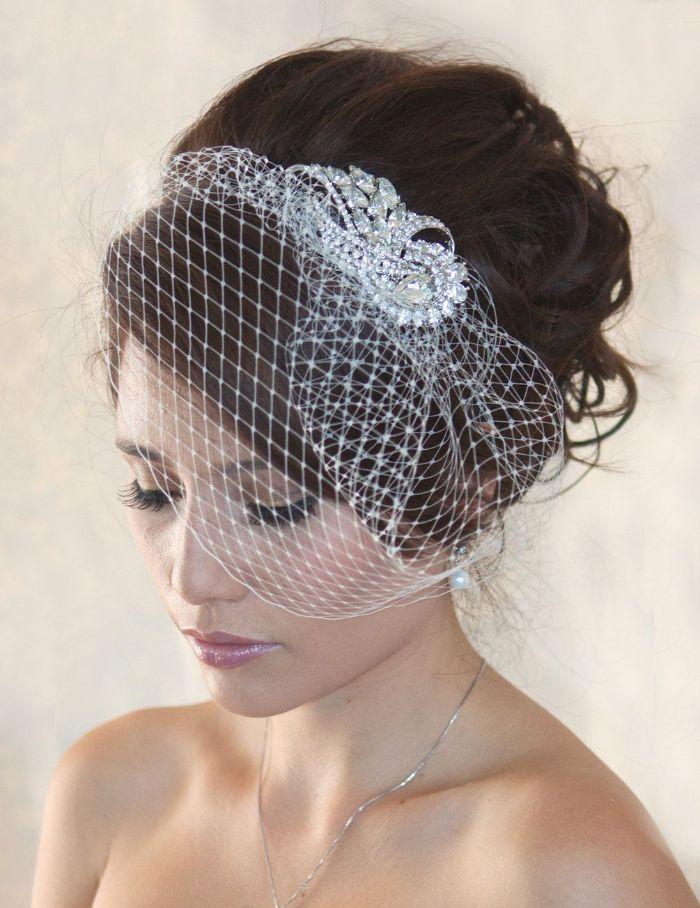 hochzeitsfrisuren halboffen oder hochgesteckt, kleiner netzschleier als accessoire am haar