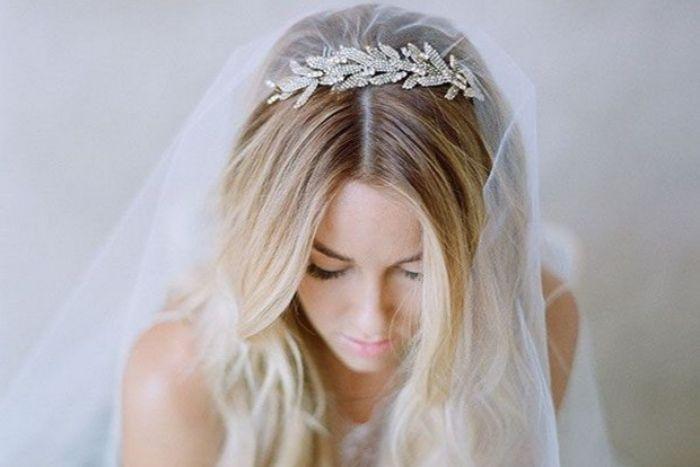 brautfrisur bob, blonde braut mit schöner tiara als haaraccessire, schleier frisuren