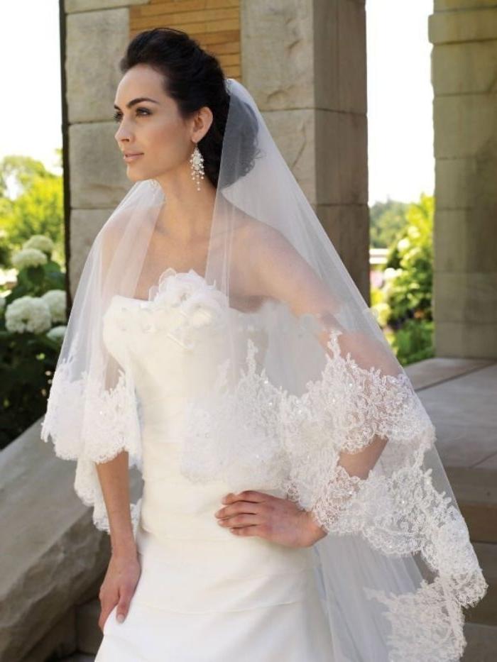 brautfrisur bob, eine braut in perfektem modernen stil, weißes kleid, große ohrringe, schleier