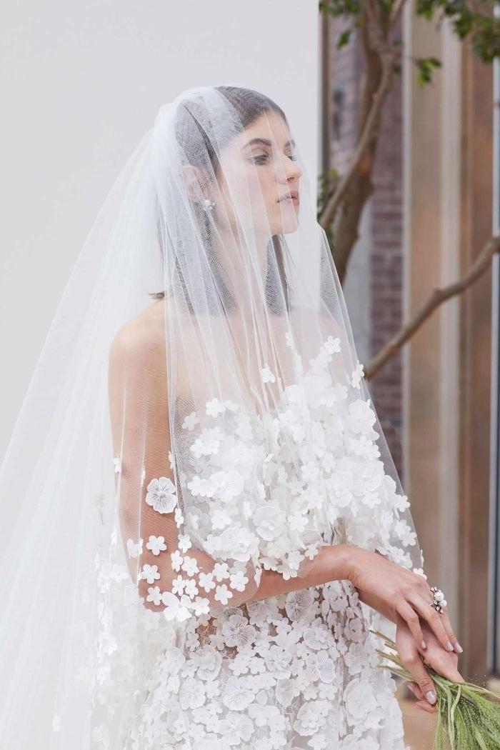 Brautfrisuren mit Schleier, der völlig mit blumen verziert wird, schöne braut am großen tag
