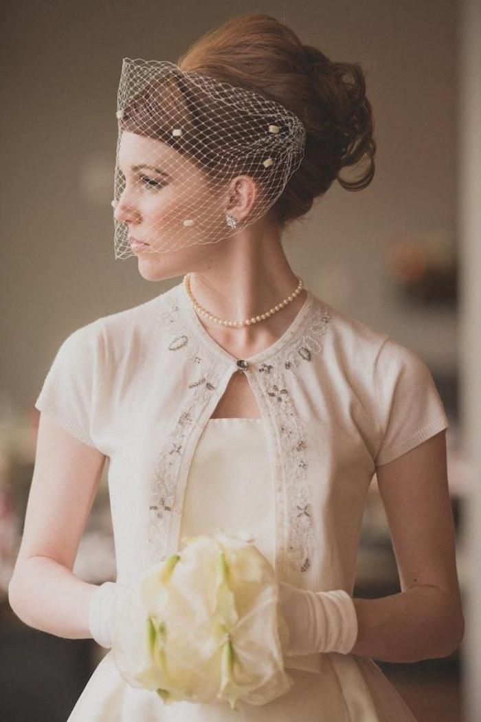brautfrisuren, schöne braut mit kleinem schleier vor den augen, elegantes outfit, retro look
