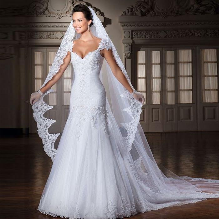Brautfrisuren mit Schleier, langes. elegantes kleid mit spitze, schleier mit spitze, gebundenes haar