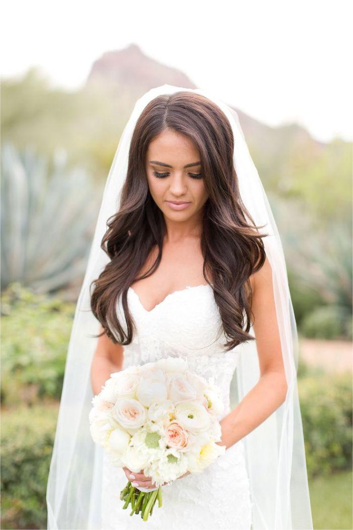 brautfrisur geflochten oder offen gelassen, eine moderne braut mit langen braunen haaren, weiß und braun kontrast