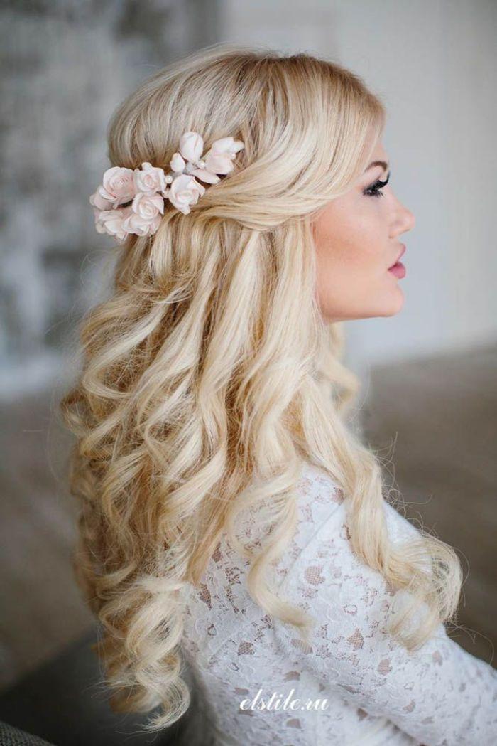 hochzeitsfrisuren lange haare, blonde braut mit leicht geflochtenem haar, zopf, haarschmuck und locken in den haaren, halboffene frisur