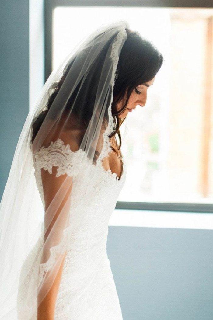 hochzeitsfrisuren lange haare, schöne braut mit schwarzen haaren, weißes spitzkleid