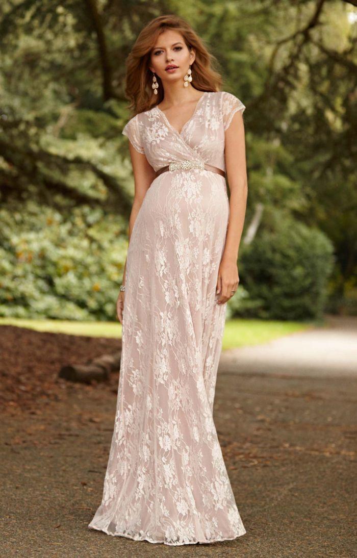 brautkleider für schwangere, beiges kleid mit weißen spitze elementen, ohrringe weiß beim braunen haar