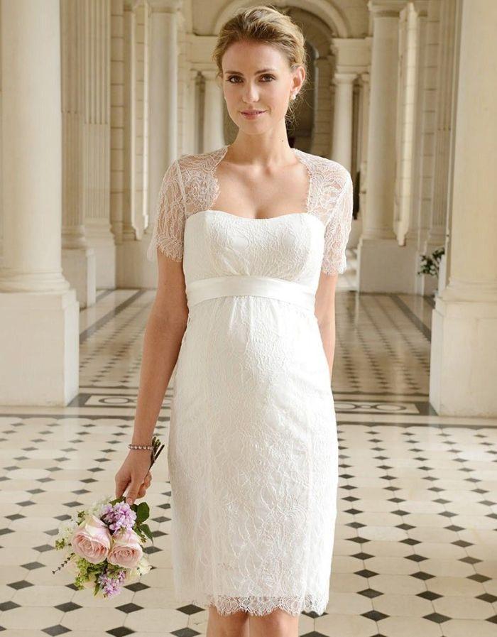 schwangerschaft hochzeitskleid, elegantes kleid mit transparenten kurzen ärmeln, blumen in der hand, gebundene blonde haare