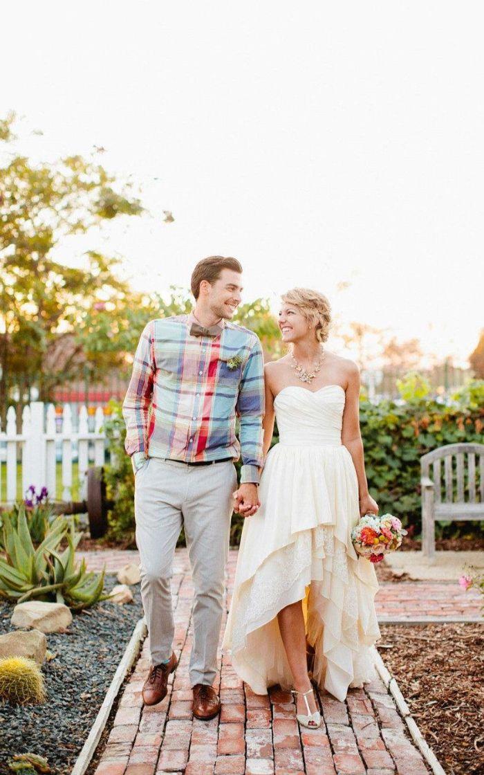 umstandsmode hochzeit, junges paar, neu geheiratet mann und frau, ehepartner warten auf ihr erstes baby