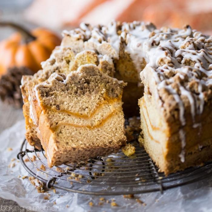 ideen für brunch, einfacher kuchen mit honig und crunch garniert mit weißer soße
