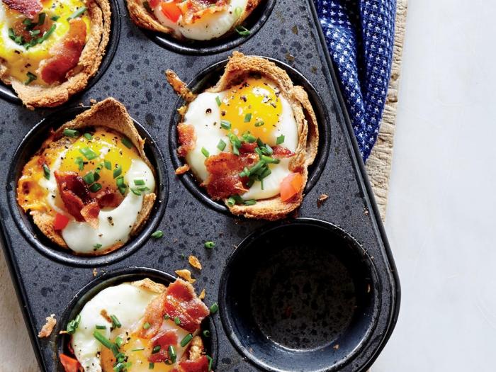 ideen für brunch, muffins mit eiern, bacon und frühlingszwiebel, schwarze muffinform