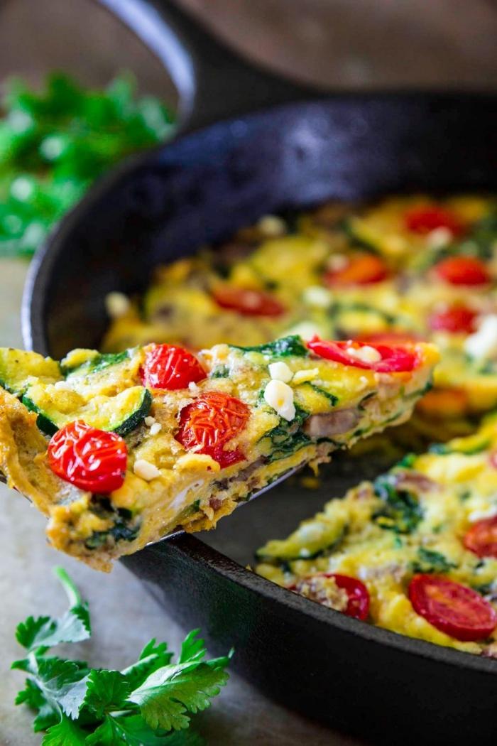 ideen für brunch, omlette mit cherry tomaten, spinat und zuchhini, gesundes frühstück zum abnehmen