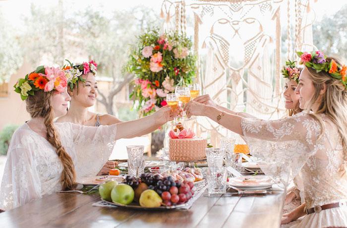Outdoor Junggesellenabschied organisieren, Schüssel voll mit Früchten, Spitzenkleider und Blumen im Haar