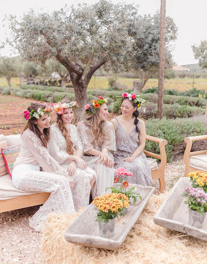 Schöne Idee für Junggesellenabschied im Freien, Dresscode Spitzenkleider und Blumenkränze
