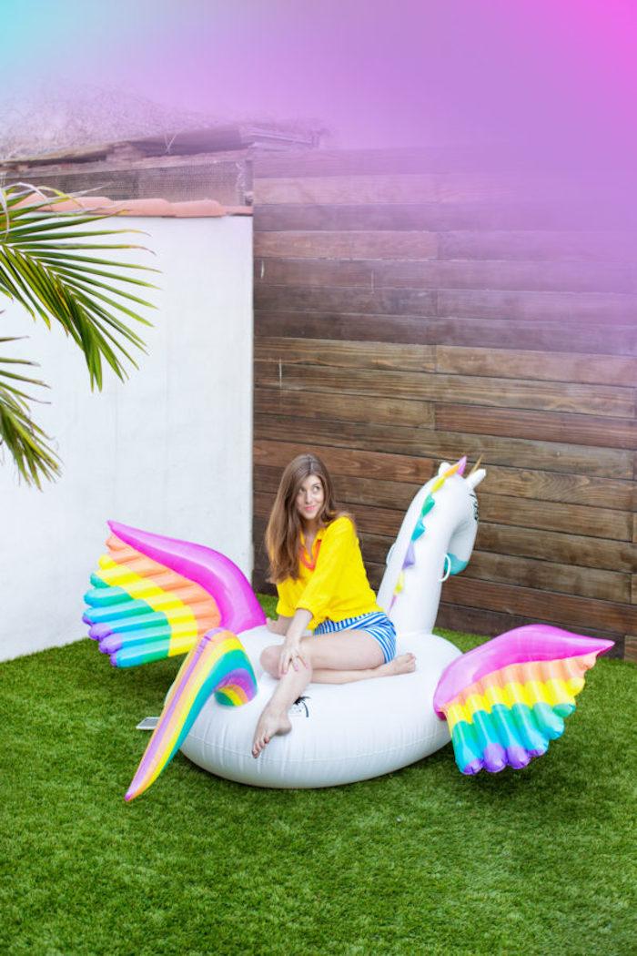 Gartenparty zum Junggesellinnenabschied planen, riesiger aufblasbarer Einhorn, Party Thema Regenbogen