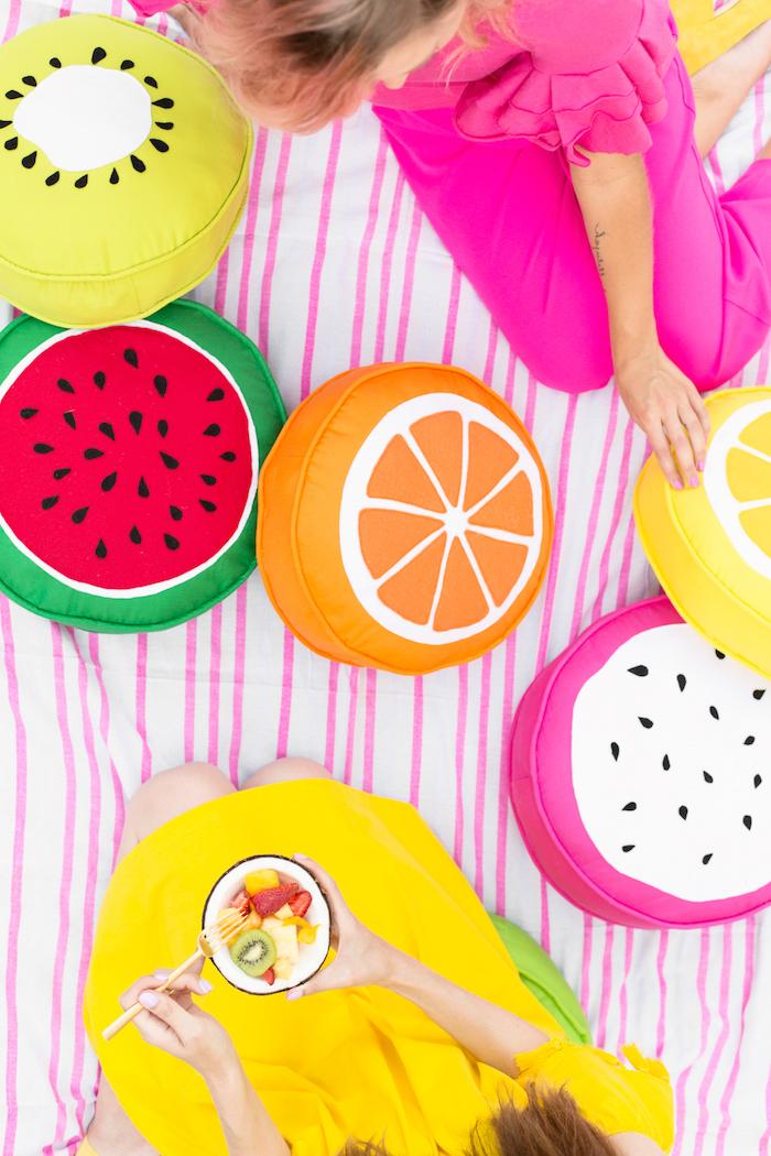 Picknick zum Junggesellenabschied machen, Obstsalat als Menü, kuschelige Kissen in Form von Früchten