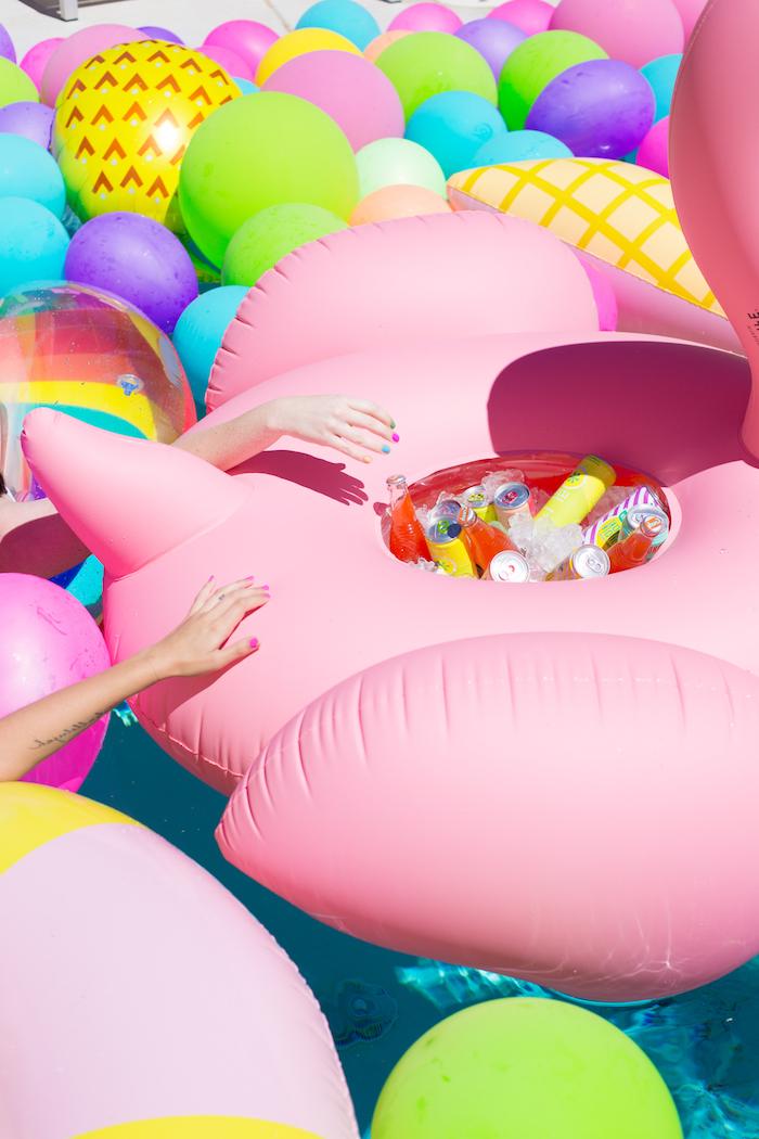Pool Party vor der Hochzeit mit Freundinnen, riesige aufblasbare Flamingo voll mit erfrischenden Getränken