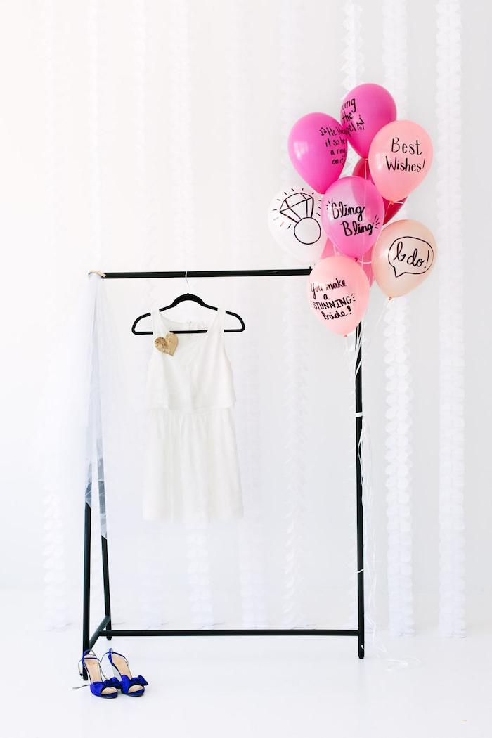Junggesellinnenabschied Ideen, weißes Sommerkleid und blaue Pumps, Ballons mit Botschaften