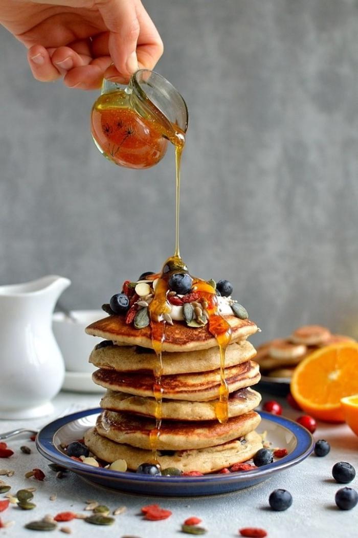 leckeres frühstück, ideen zum brunch, amerikanische pfannkuchen mit honig und früchten