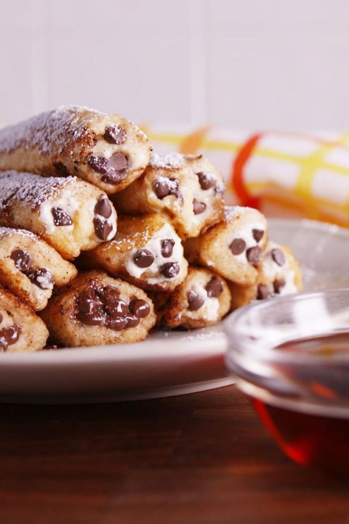 ideen zum brunch, french toast, rollen mit creme und stückchen schokolade, frühstücksideen