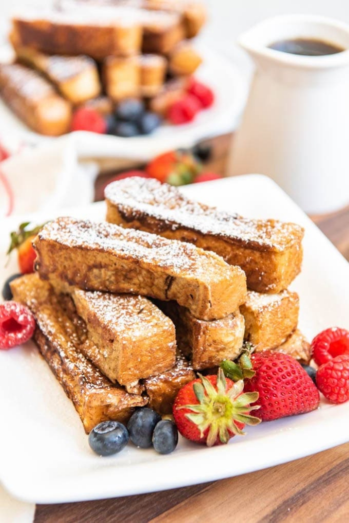 french toast sticks garniert mit erdbeeren, blaubeeren und himbeeren, ideen zum brunch