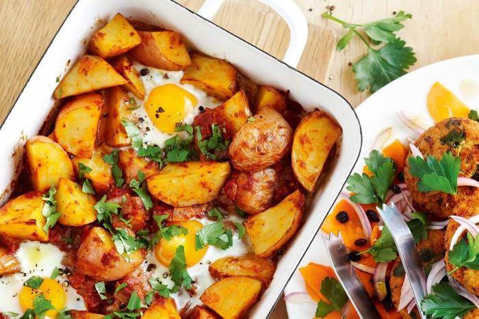 kasserolle mit kartoffeln und eiern, ideen zum brunch, frische petersillie, schnelles gericht
