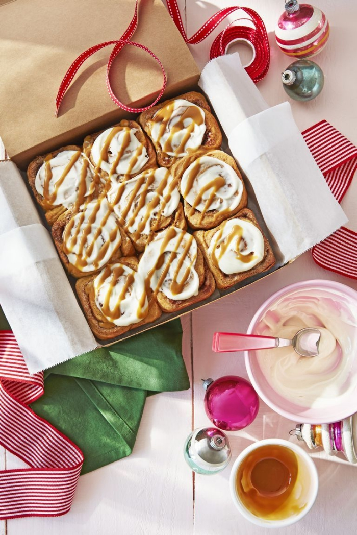 geschenke aus der küche, ideen zum brunch, rollen mit zimt garniert mit sahne und honig