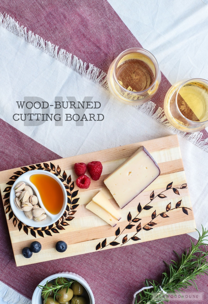 ideen zu muttertag, geschenk für frau, selbstgemachtes küchenbrett dekoriert mit floralen elementen, holz brennen
